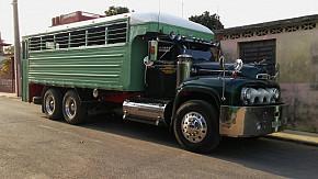 Excelente Camion de transporte de pasajeros Ford 52 motor Cummins!!